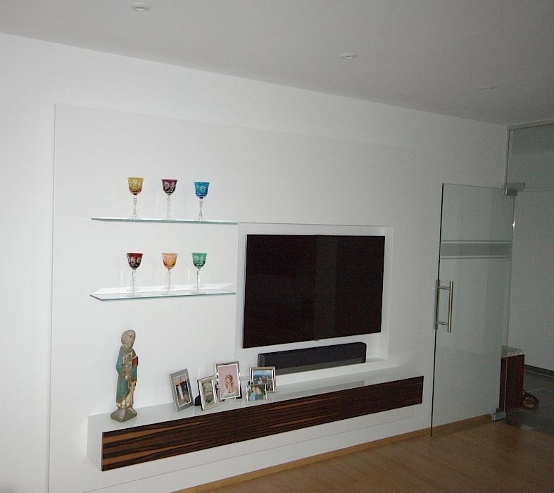 Wohnzimmer Schrankwand Aus Weissem Mineralwerstoff Mit Nische Fr Den Fernseher